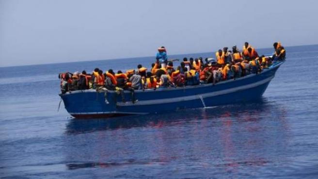 Barco con inmigrantes rescatados por MSF en el Mediterráneo.