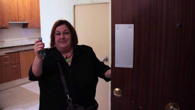 Flora Valero, enseñando las llaves de su nuevo hogar, unos bajos de 40 metros cuadrados, este jueves.