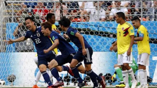 Los jugadores de Japón celebran el segundo gol ante Colombia y la victoria.