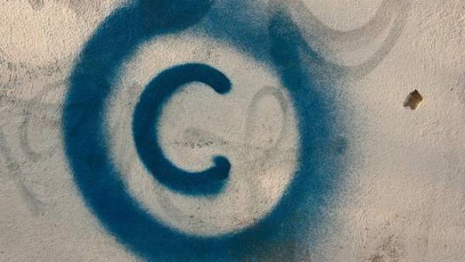 Grafiti que representa el símbolo del copyright.