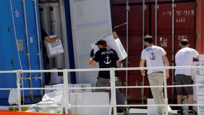 Miembros de la tripulación del Aquarius trabajan en la cubierta del navío.