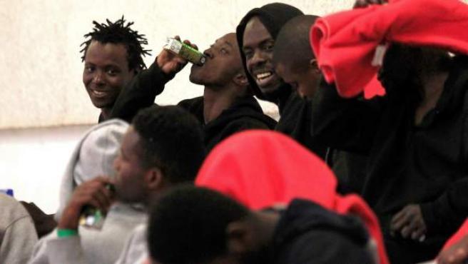 Inmigrantes de origen subsahariano en el pabellón polideportivo de Tarifa, habilitado como albergue.