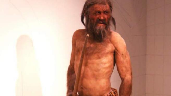 Una recreación de cómo pudo ser Ötzi, con sus herramientas.
