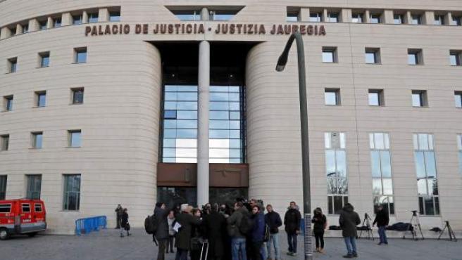 Exterior del Palacio de Justicia de Navarra antes de comenzar la sesión del juicio.