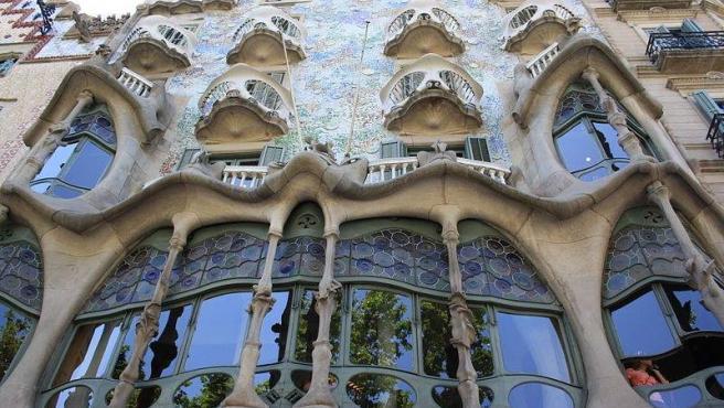 Una de las grandes obras de Antonio Gaudí en Barcelona. Sus formas sinuosas y enrevesadas recuerdan a la naturaleza y su tejado evoca a la piel del dragón que mató Sant Jordi, una de las leyendas más recordadas en la ciudad catalana.