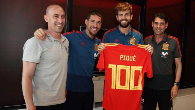 Gerard Piqué posa con su camiseta en el homenaje de la Real Federación Española de Fútbol por sus 100 partidos con la Selección.