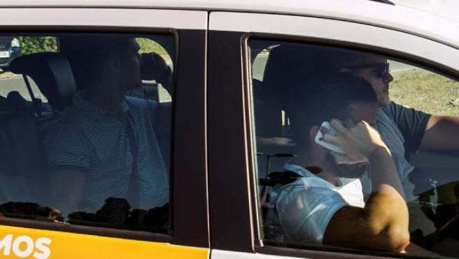 Los dos miembros de La Manada, Alfonso Jesús Cabezuelo (i) y Antonio Manuel Guerrero (d), que cumplían pena en la cárcel militar de Alcalá de Henares (Madrid) han abandonado en taxi el recinto penitenciario.