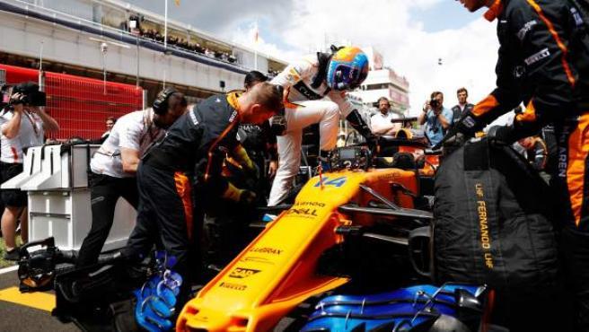 Fernando Alonso se sube al McLaren MCL33 durante una sesión de entrenamientos.