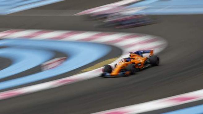 Fernando Alonso pilota en el circuito de Paul Ricard (Francia).
