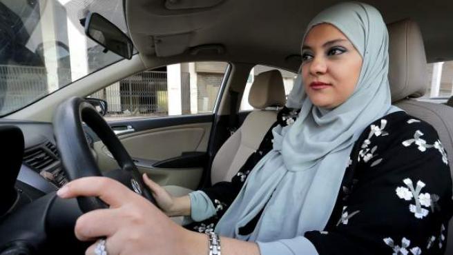 Dina Yousef, de 30 años, conduce por primera vez por las calles de Riad, la capital de Arabia Saudí.