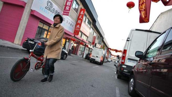 Una inmigrante china pasea por el polígono Cobo Calleja en Madrid.