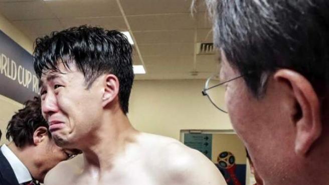 El presidente surcoreano, Moon Jae-in, consuela al jugador de la selección de su país Son Heung-min en los vestuarios, tras la derrota de Corea del Sur ante México en el Mundial de Rusia 2018.