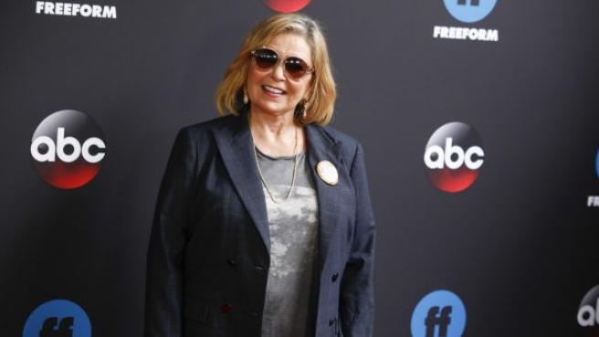 La actriz Roseanne Barr posa en la alfombra roja de un evento de Disney.