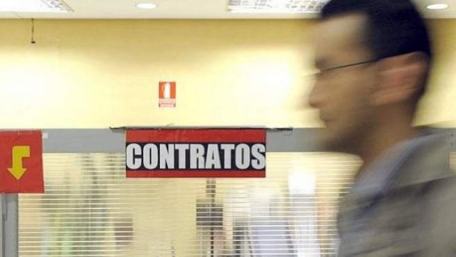 Un hombre en una oficina del Servicio Público de Empleo.