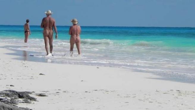 Si eres de los que prefiere estar tomando el sol sin llevar nada encima, las playas nudistas son el lugar idóneo.