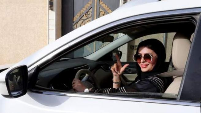 La saudí Huda al-Badri, de 30 años, por primera vez al volante en Riad, la capital de Arabia Saudí.