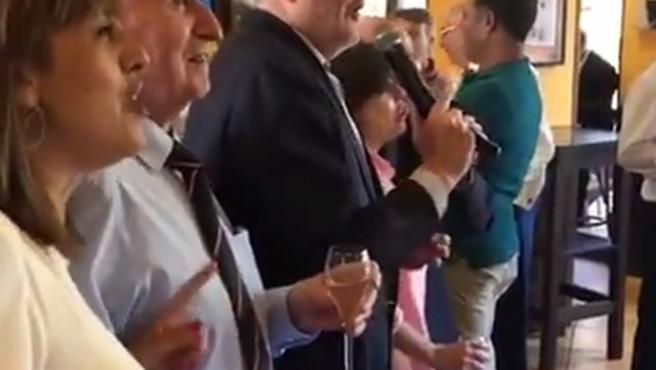 Sáenz de Santamaría y Méndez de Vigo disfrutan cantando en un karaoke de Melilla.