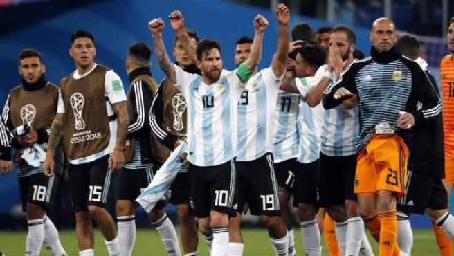 Messi y los jugadores de Argentina celebran la clasificación para octavos del Mundial.