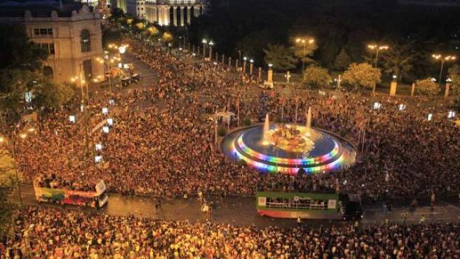 Carrozas pasando por la plaza de Cibeles en el World Pride.