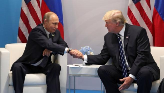 Vladimir Putin (izqda.) junto a Donald J. Trump (dcha.).