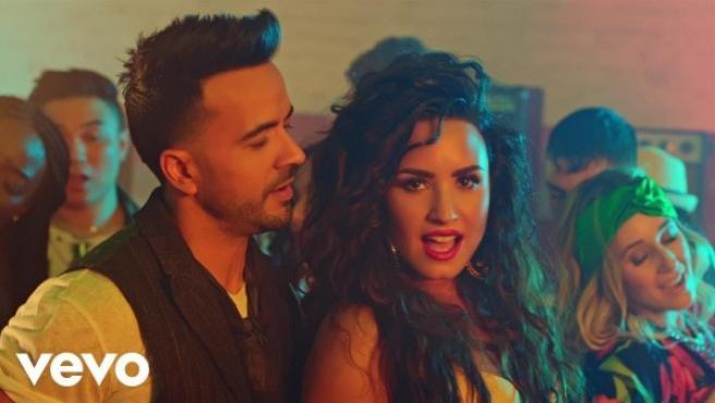 Luis Fonsi y Demi Lovato en el videoclip de 'Échame la culpa'.