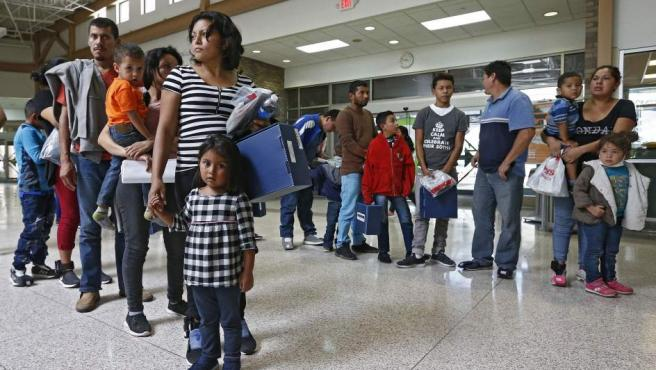 Familias migrantes son procesadas en la Estación Central de Autobuses de McAllen, en Texas, antes de ser trasladadas a Caridades Católicas.