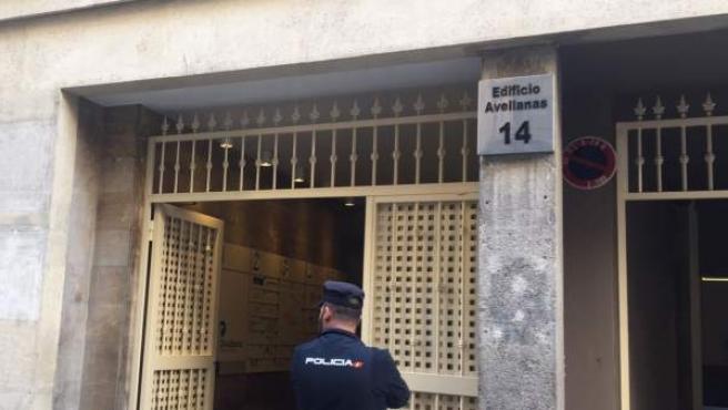 Un agente de Policía en la sede de Divalterra.