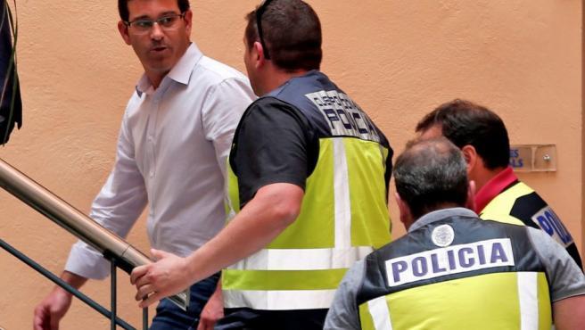 El alcalde de Ontinyent y presidente de la diputación de Valencia, Jorge Rodríguez (PSOE), llega al ayuntamiento custodiado por agentes de la UDEF.