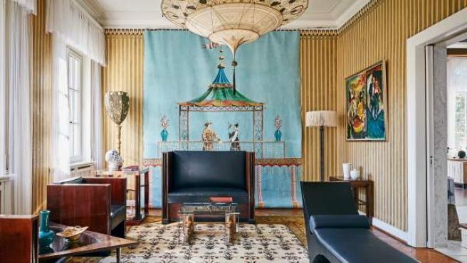 La villa destaca por su simetría y la amplitud de los espacios interiores distribuidos en dos plantas principales y un nivel inferior.
