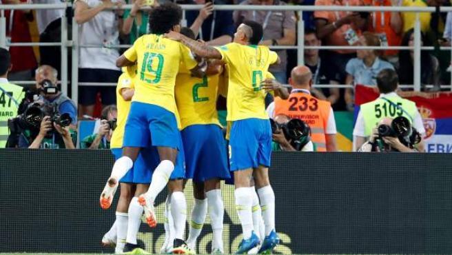 Los jugadores de Brasil celebran uno de los goles ante Serbia en el Mundial.