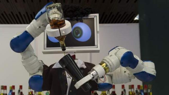 Vista frontal del robot camarero Macco que esta programado para servir copas y que se puede ver desde hoy en la VIII edición del Salón Internacional de Turismo, Arte y Cultura de América Latina y Europa 'Euroal 2013', que se ha inaugurado en la localidad malagueña de Torremolinos.