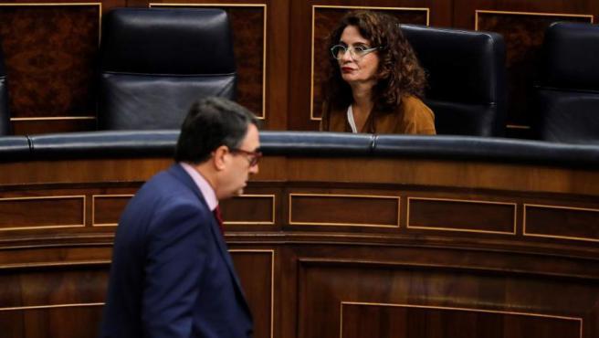 El portavoz del PNV, Aitor Esteban, pasa ante la ministra de Hacienda, María Jesús Montero, a su llegada al pleno del Congreso.