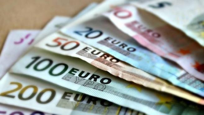 Billetes de diversas denominaciones en una foto de archivo.