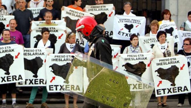 Un ertzaina, ante los participantes en una concentración de apoyo a los presos de ETA frente a la basílica de Loyola el 1 de agosto de 2008.