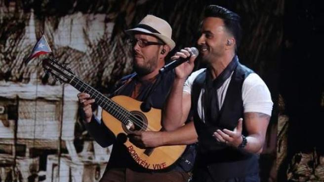 El cantante puertorriqueño Luis Fonsi canta su tema Despacito' durante los XVIII Premios Grammy Latino.
