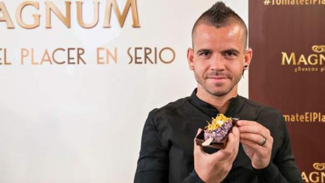 El chef David Muñoz ha creado una edición limitada de un helado, en colaboración con Magnum y que homenajea a Madrid, con la violeta como ingrediente principal.