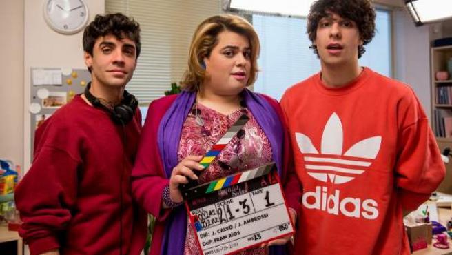 Javier Ambrossi (izda) y Javier Calvo (dcha) posan junto a Brays Efe caracterizado como Paquita Salas.