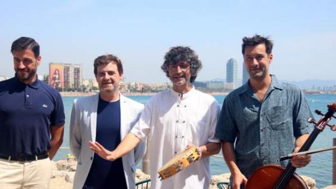 Álvaro Albiach, director del concieto de la OBC en la playa de Sant Sebastià, y Jordi Tort, gerente del Auditori y la OBC, y los músicos Ignasi Vila y Jan-Baptiste Texier.