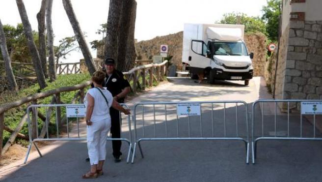 Personal de seguridad impide el acceso a Sant Martí d'Empúries (Girona), este 29 de junio.