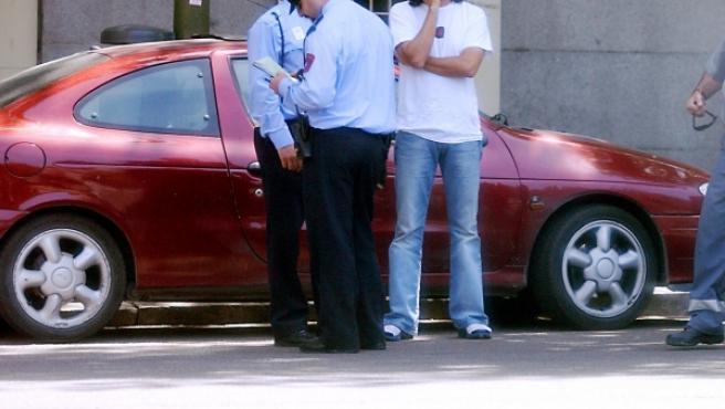 Agentes de policía multan a un conductor en Madrid.