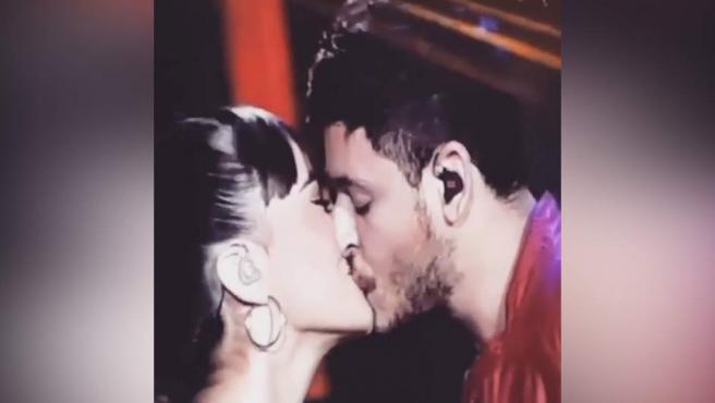 Aitana y Cepeda confirman su romance con un beso en el concierto de OT en el Bernabéu.