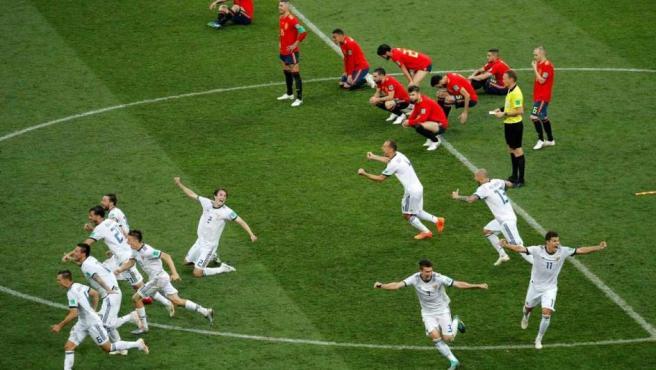 Los jugadores locales celebran el pase, ante la tristeza de los españoles.