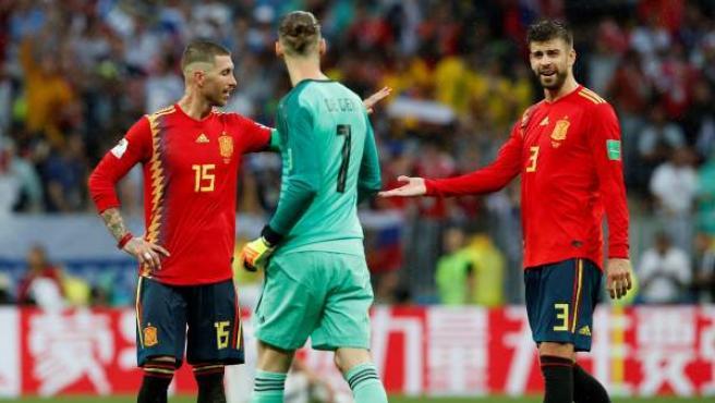 Ramos, De Gea y Piqué, durante el partido entre España y Rusia en el Mundial.