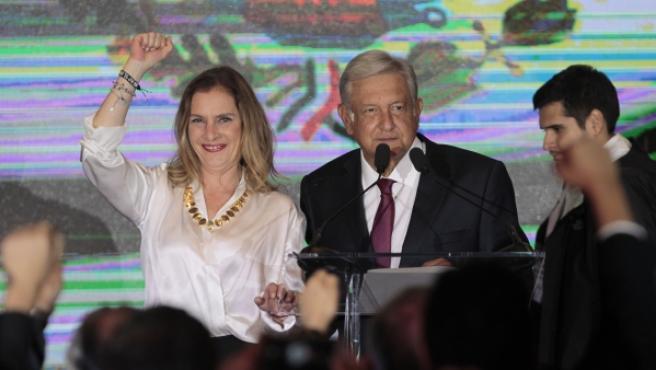 Andrés Manuel López Obrador junto a su esposa Beatriz Gutiérrez Müller ha agradecido a sus oponentes que hayan reconocido su triunfo electoral.