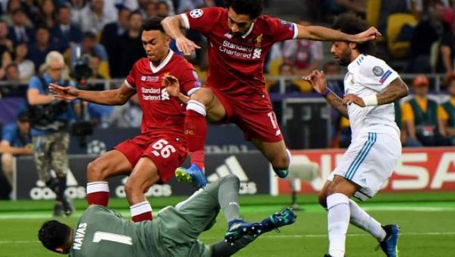 Salah salta sobre Keylor Navas en la final de la Champions.