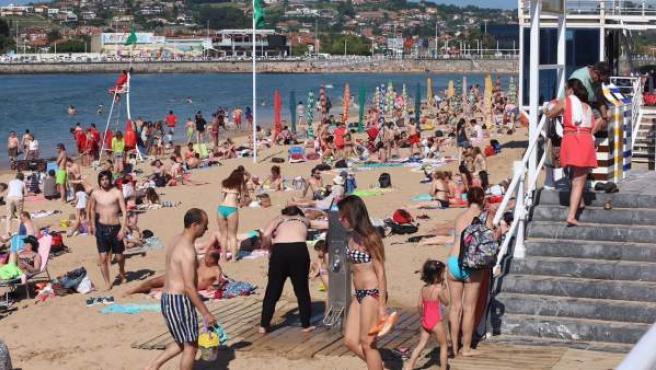 Turistas en la Playa de San Lorenzo de Gijón.