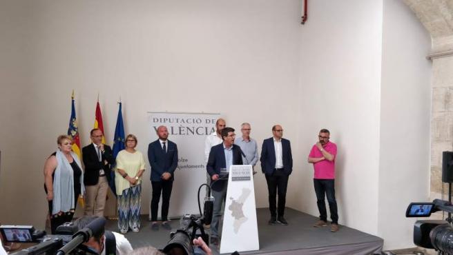 El ya expresidente de la Diputación de Valencia, rodeado de diputados provinciales y altos cargos.
