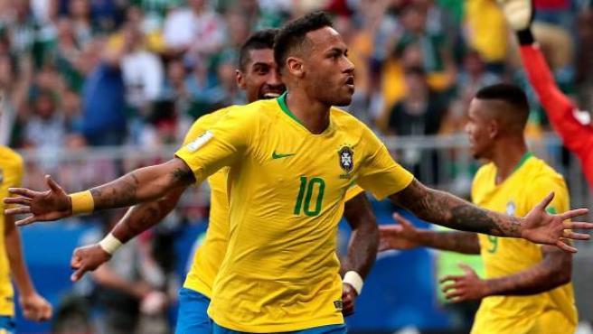 Neymar celebra su gol con Brasil en el partido de octavos del Mundial ante México.