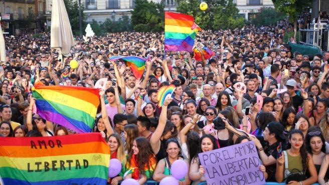Decenas de personas, con pancartas reivindicativas, celebran el inicio de las fiestas del Orgullo Gay 2018, en la plaza Pedro Cerolo de Madrid.