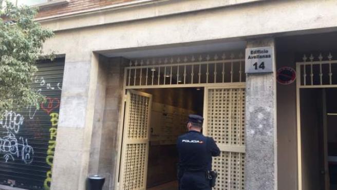 Un agenet de Policía en la sede de Divalterra